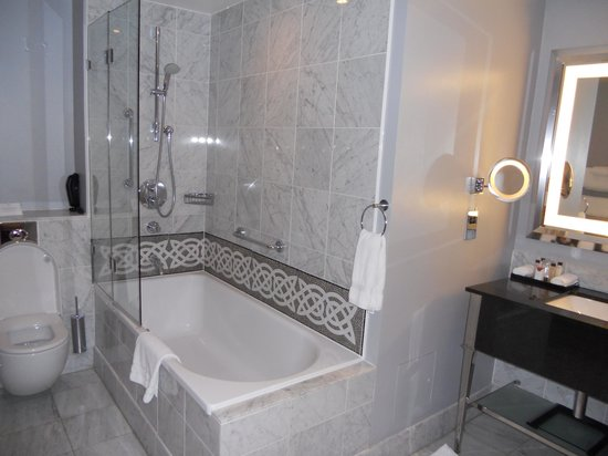 Waldorf Astoria Edinburgh - The Caledonian: Bathroom, Room 257