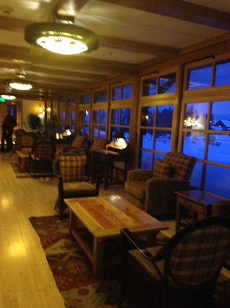 Old Faithful Snow Lodge and Cabins : Breezeway off Lobby toward Restaurant