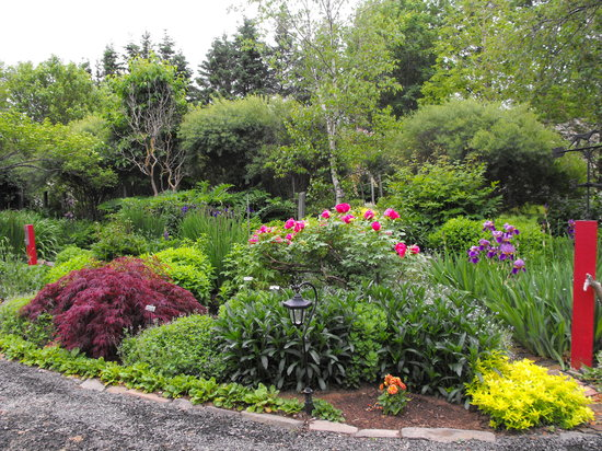 Bailey House Bed and Breakfast : ... Bailey House English gardens