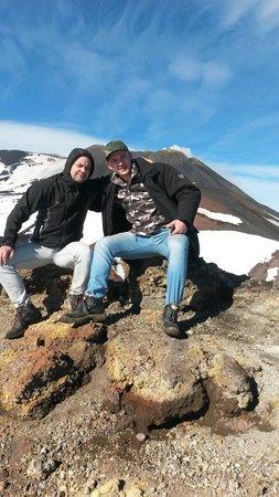 Mount Etna: Far og sønn på toppen av etna . Fantastisk tur.
