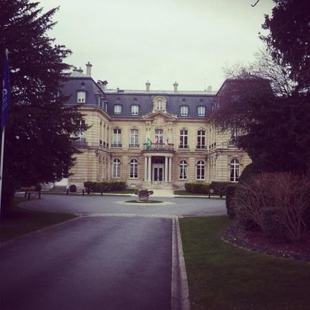 Château Les Crayeres : the entry to the chateaux