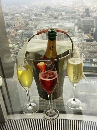 Vertigo 42 : the view, our champagne and the complimentary pink champagne