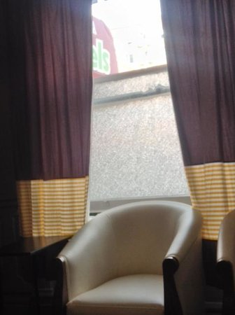 USA Hostels San Francisco: Lobby has interesting windows.  They stay open due to odors.