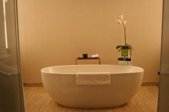 Mandarin Oriental, Las Vegas: Oversized deep soak tub