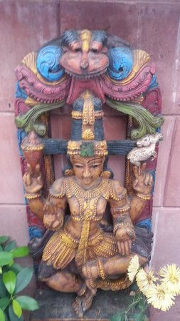 Bansi Home Stay: Little statue in front area of Bansi