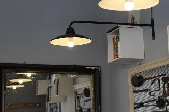 PaninoLab alla Ferramenta : Alle pareti, numerosi libri di cucina da sfogliare e farsi venire l'acquolina in bocca.