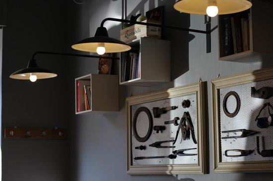 PaninoLab alla Ferramenta : Il locale, con i vecchi attrezzi da ferramenta alle pareti e le luci morbide e soffuse.