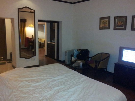 Shervani Hilltop: Suite-bedroom with tv, room heater and a writing table with mini bar and tea maker