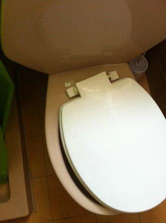 Lefka Hotel & Apartments : Μπάνιο, σπασμένη τουαλέτα