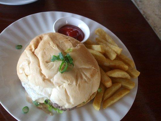 The Waterfront Bar and Grill: Méga hamburger/frites