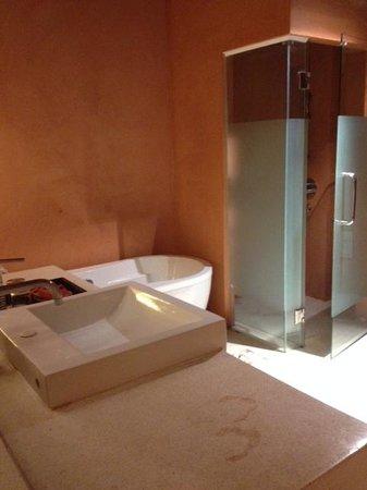Chanalai Romantica Resort: Doccia e Vasca