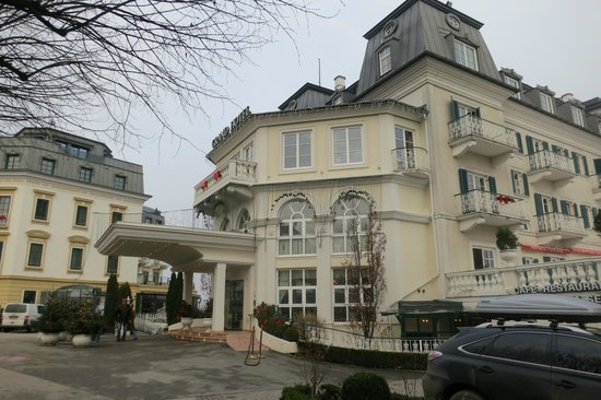 Grand Hotel Zell am See : Hotel Entrance from the side