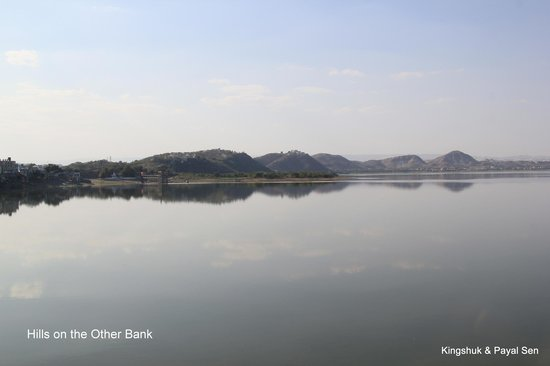 Rajsamand, Indien: A view of the hills on the other bank