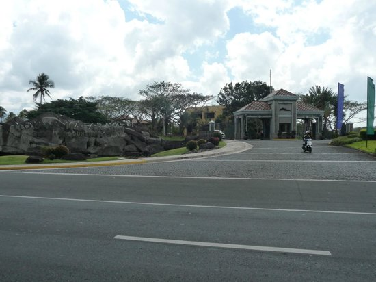 The Suites at Mount Malarayat: Fropn view of the main entrance of the resort