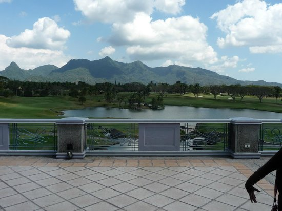 The Suites at Mount Malarayat: Hotel pond