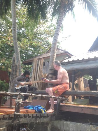 My Way Bungalows: 50 Baht is always up for a song