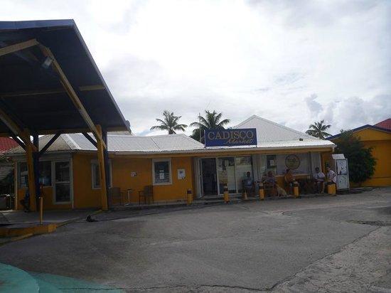 Le Flamboyant Hotel and Resort: Tankstelle inkl. Shop vor der Anlage