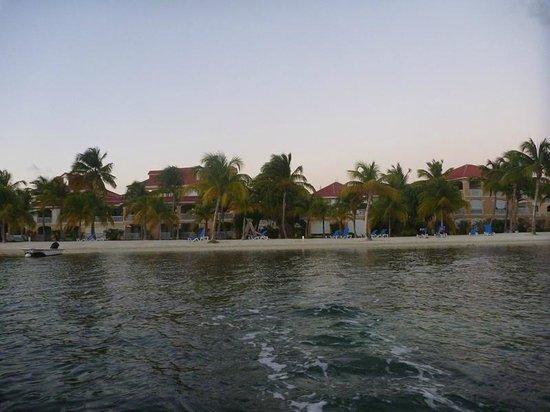 Le Flamboyant Hotel and Resort : Aussicht von der Lagune auf die Anlage