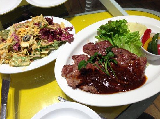 Eggs N Things Shonan Enoshima : コブサラダとステーキ。意外に食事も美味しいのです