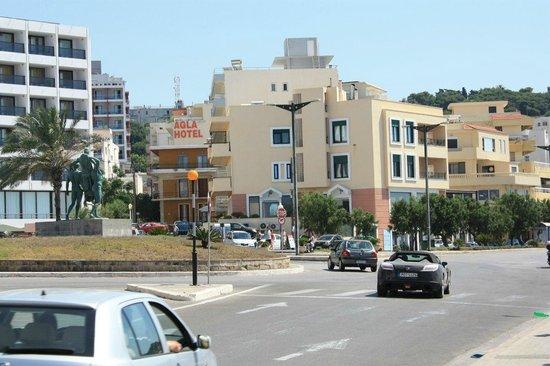 Agla Hotel: Сам отель и дорогу,которую надо перейти чтобы попасть на пляж
