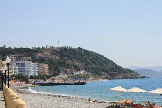 Agla Hotel: Пляж через дорогу от отеля
