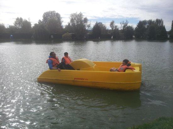 La Croix du Vieux Pont: pedalo on lake