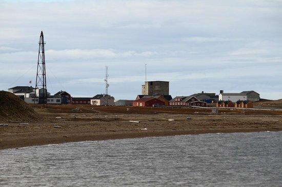 Ny Alesund + The most Northern Town: A sinistra la torre Amundsen.