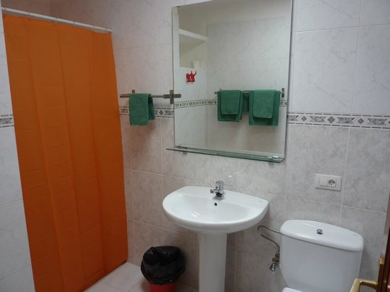 Casas del Sol: Badkamer (douche, wc, wastafel, bankje)