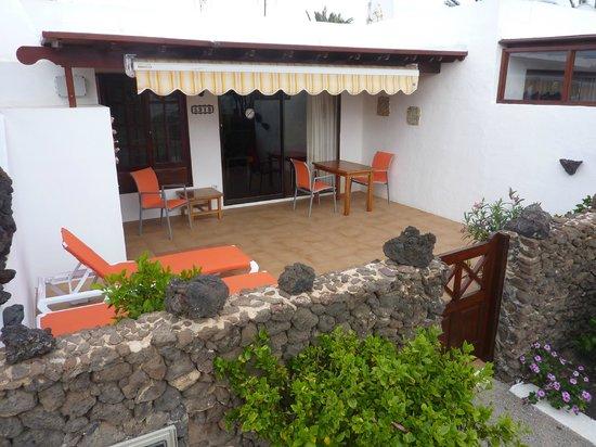 Casas del Sol: Terras met ligstoelen en eettafel met stoelen