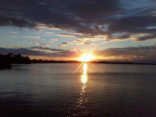 Promenade de Pont de Gau : coucher de soleil sur l'étang de Ginès