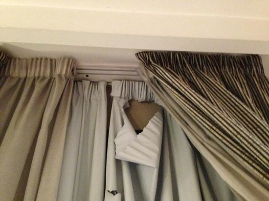 Hotel Catalonia Goya: Torn curtain in room 407