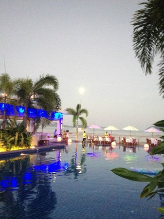Serenity Resort & Residences Phuket : Pool and Restaurant