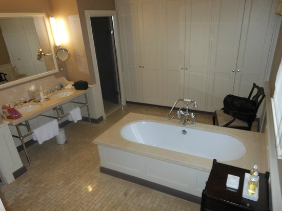 Ellenborough Park: Luxury room bathroom