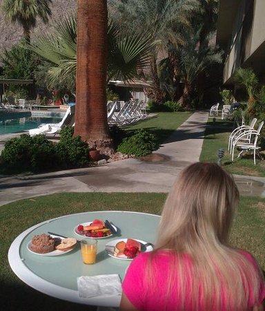The Chase Hotel of Palm Springs: breakfast al fresco