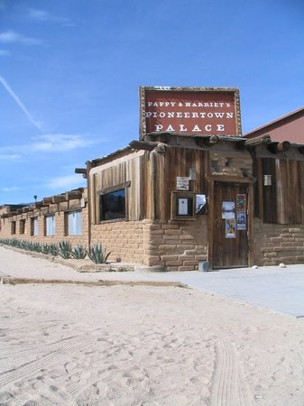The Chase Hotel of Palm Springs: Pappy & Harriets saloon in Pioneertown