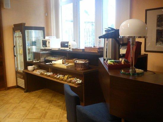 Hotel Orion: VISTA DE LA VITRINA DEL BUFFET