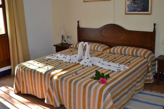 Hotel Caserio de Iznajar: Habitación decoración romántica
