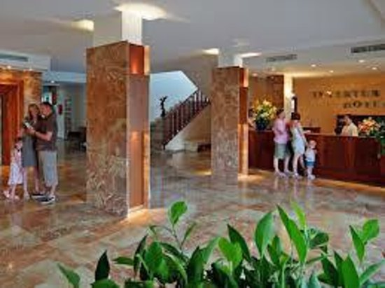 Intertur Hotel Hawaii Ibiza : front desk to check in small wait time but have a drink !!!