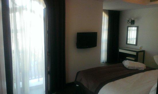 Epoque Hotel : Tv in bedroom