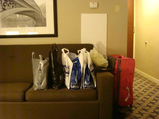 Hilton Garden Inn Times Square : Plenty of room for us and our shopping!