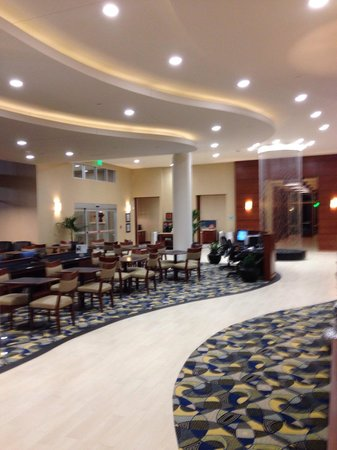 Hampton Inn & Suites Downtown Owensboro/Waterfront : Foyer was nicely appointed with a waterfall feature