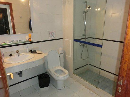 Morana Apartments: badkamer met inloopdouche