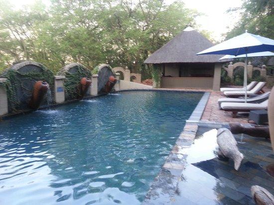 Shangri-La Country Hotel & Spa: pool view