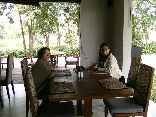 AKA Resort & Spa: Resort dining area