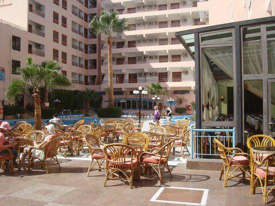 Triton Empire Hotel: Pool area