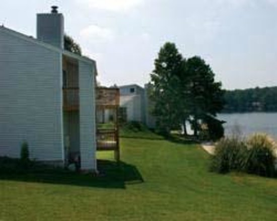 Villa Rica, Джорджия: lake tara townhouses III sits by the lake