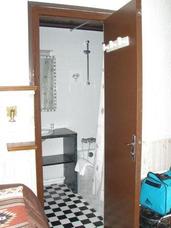 Hotel du 7e Art: 室内からバスルームをみる