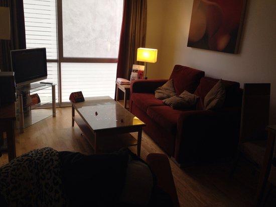 PREMIER SUITES Liverpool: Living area