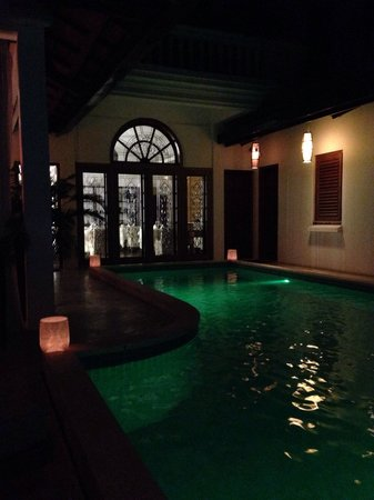 The Governors House Boutique Hotel Phnom Penh: The pool by night. Try the ice green tea with sugar