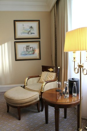 The Ritz-Carlton, Berlin : Chair and side table